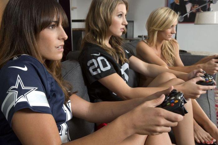 Как голые играют видео свойстрах