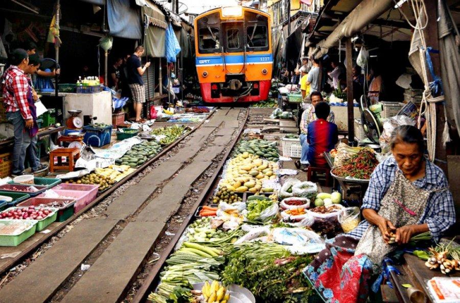 Рынок на рельсах в Тайланде