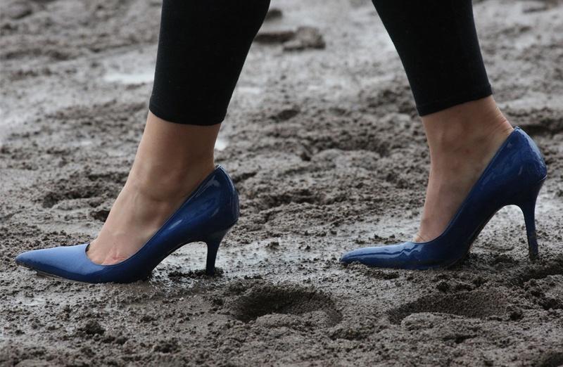 Грязные женские ботинки Это